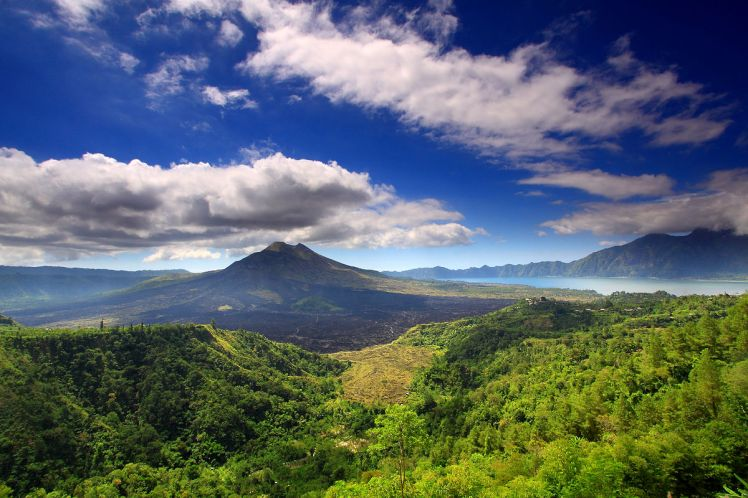 1200px-Mount_batur_and_lake
