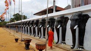 Monge caminhando em templo budista.